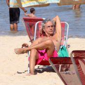 Caetano Veloso aproveita dia livre para relaxar e mergulhar em praia do Rio