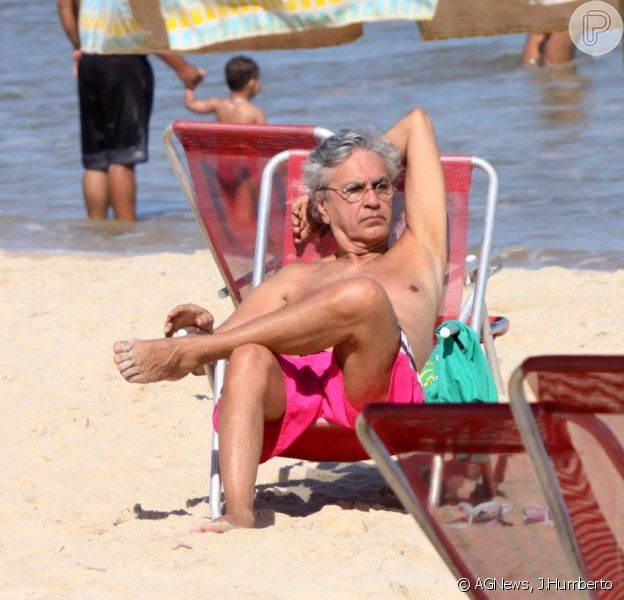 Caetano Veloso aproveitou bom tempo no Rio de Janeiro para ir a praia