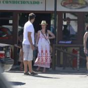 Thiago Lacerda almoça com a mulher, Vanessa Lóes, e filhos, Gael e Cora, no Rio