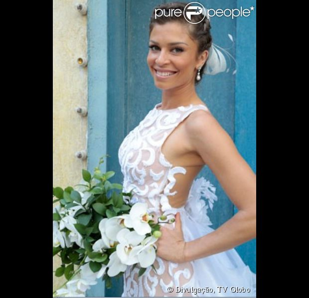 Ester (Grazi Massafera) se casa com Cassiano (Henri Castelli) em 'Flor do Caribe' usando vestido clássico rendado com decote reto