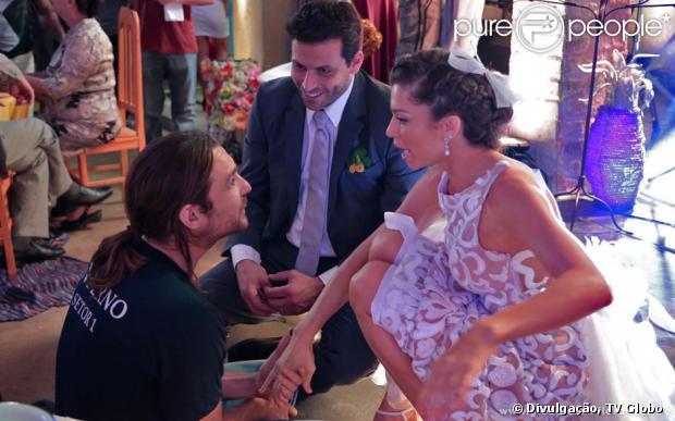 Grazi Massafera, Henri Castelli e Igor Rickli conversam nos bastidores de gravação do casamento de Ester e Cassiano, em 'Flor do Caribe', em 13 de setembro de 2013