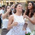 Débora Nascimento e Fernanda Pontes ajudam a tirar arroz do  cabelo de Grazi Massafera nos bastidores de gravação de 'Flor do Caribe'