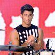 Nick Jonas, além de cantar, toca bateria em algumas das músicas da banda 'Jonas Brothers'