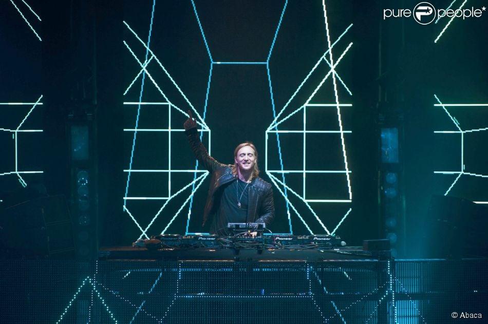 David Guetta também é adepto das mais diversas projeções nos vários painéis de LED espalhados pelo palco que ele se apresenta