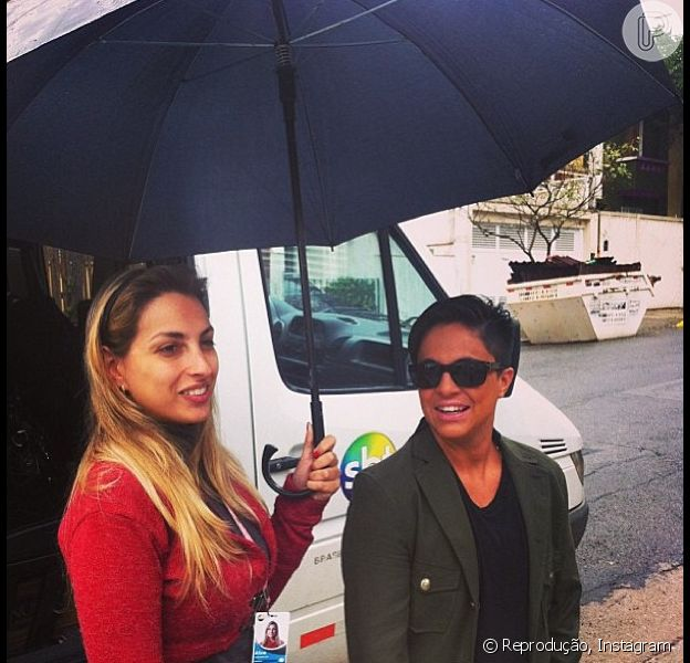 Thammy Miranda grava programa 'Famoso Quem' sob chuva em 19 de setembro de 2013