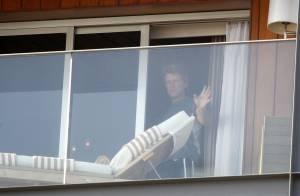 Rock in Rio: Jon Bon Jovi acena para os fãs na sacada de hotel antes de show