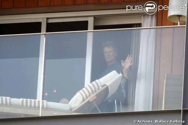 Jon Bon Jovi apareceu na sacadade hotel antes de se apresentar no Rock in Rio. O músico de 51 anos deu um 'olá' para os fãs que o aguardam na porta