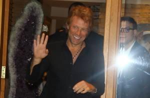 Integrantes do Bon Jovi atendem fãs após jantar em restaurante de São Paulo