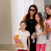 Paloma Bernardi, a Rosângela de 'Salve Jorge', posa com fãs em aeroporto do Rio