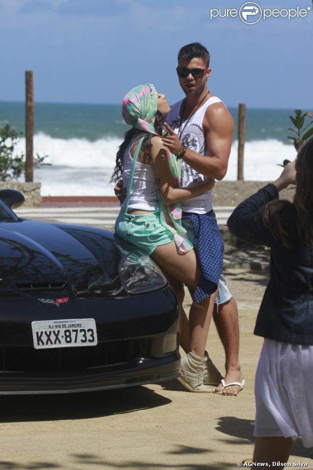 Anitta joga charme para o ator Victor Sparapane durante as gravações do clipe 'Zen', na Prainha