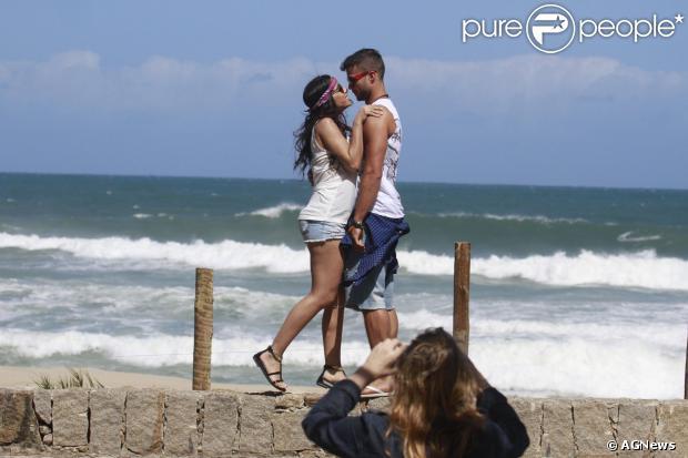 Anitta e Victor Sparapane se beijam em cena de clipe. O ator precisou dar dicas para a cantora relaxar durante a gravação. Ele conversou com o Purepeople em 27 de setembro de 2013
