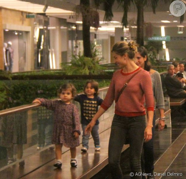 Grazi Massafera se diverte com a filha, Sofia, no shopping Fashion Mall, no Rio, em 29 de setembro de 2013