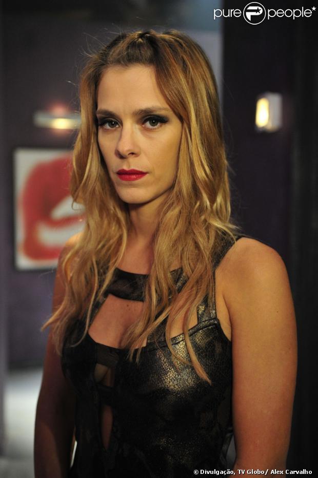 Jéssica (Carolina Dieckmann) consegue fugir da exploração sexual, mas volta ao cativeiro por ter sua casa incendiada pelos bandidos em 'Salve Jorge'