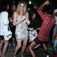 Thaila Ayala e Luma Costa não se intimidam com o público e descem até o chão na pista de dança