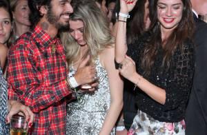 Thaila Ayala desce até o chão ao som de 'Ah lelek lek' em festa no Rio