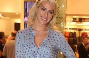 Giovanna Ewbank aposta em look justinho e decotado para prestigiar evento em SP