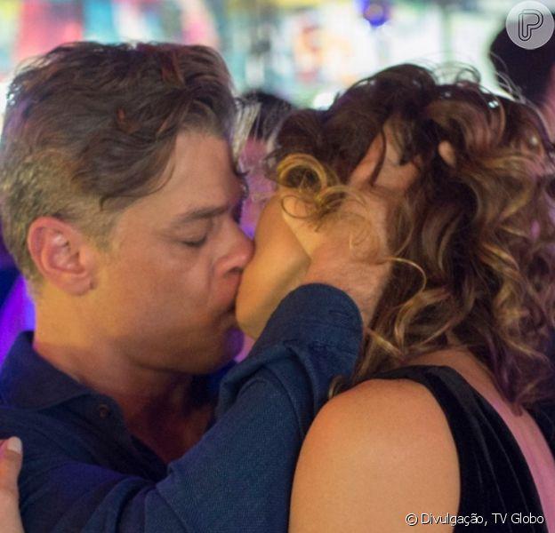 Na novela 'Totalmente Demais', Arthur (Fabia Assunção) beija a ex-mulher, Natasha (Lavinia Vlasak)