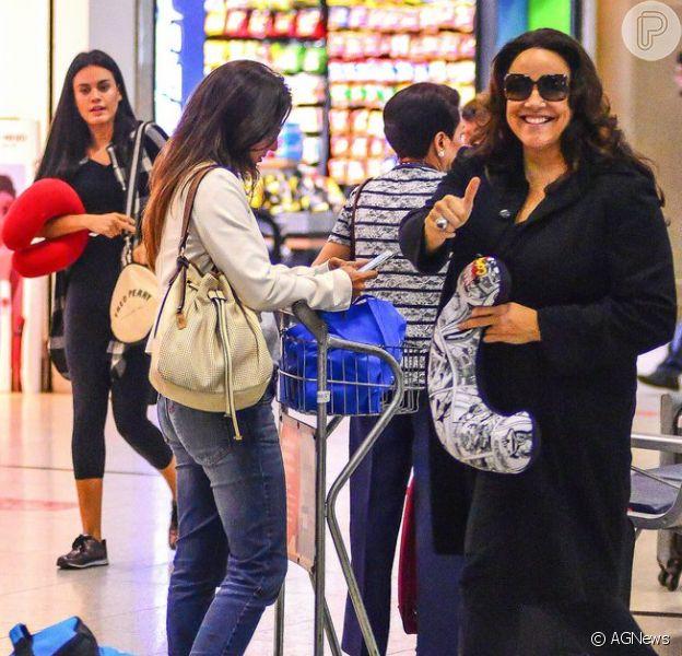 Ana Carolina e Letícia Lima embarcam juntas em aeroporto no Rio nesta sexta-feira, dia 29 de abril de 2016