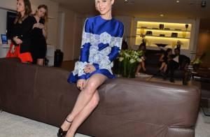 Mariana Ximenes exibe pernas com look bordado em evento de moda