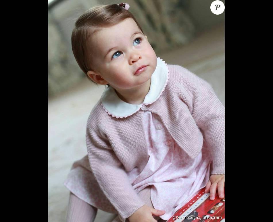 Fotos da   princesa Charlotte   foram divulgadas pela família real britânica neste domingo, 1 de maio de 2016
