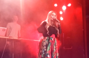 Cantora Rosanah desmaia no palco após levar choque durante show em MG. Vídeo!