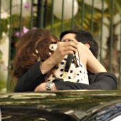 Mateus Solano e a mulher, Paula Braun, se beijam em gravação de 'Amor à Vida'