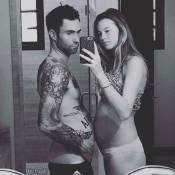 Adam Levine imita pose de Behati Prinsloo, grávida de 5 meses: 'Semana 20'