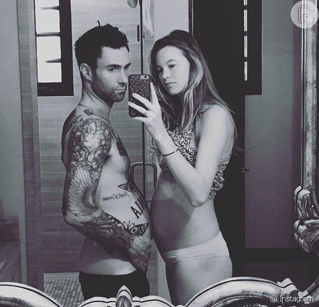 Adam Levine brinca e compara sua barriga com a da mulher, Behati Prinsloo nesta terça-feira, dia 03 de maio de 2016