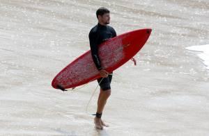 Longe da namorada, Cauã Reymond surfa no Rio; Mariana Goldfarb está na Austrália