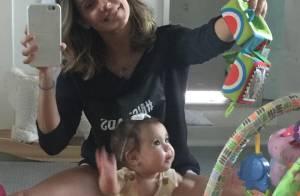 Deborah Secco mostra a filha, Maria Flor, de 5 meses, sentada: 'Passando rápido'