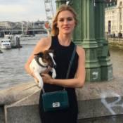 Fiorella Mattheis faz passeio por Londres acompanhada de sua cadela, Panda