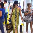 Ana Paula Renault  esbanjou elegância ao desfilar com um modelito amarelo no aeroporto