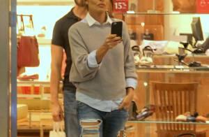Juliana Paes usa look despojado com jeans destroyed para ir às compras. Fotos!