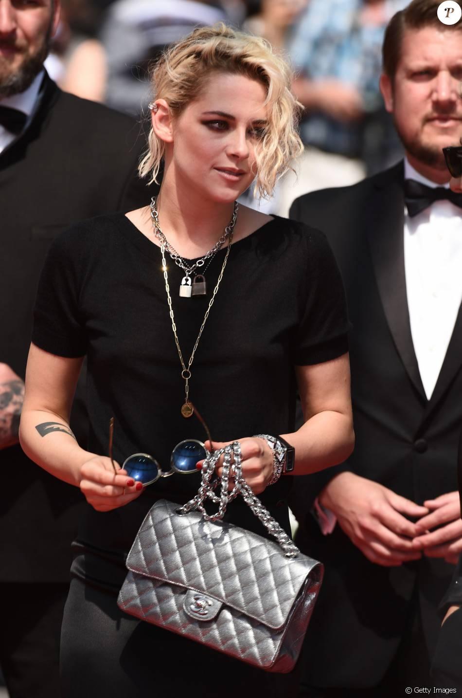 Kristen Stewart chegou ao evento com uma bolsa Chanel e com óculos escuros da marca Oliver Peoples The Row