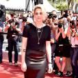 Kristen Stewart apostou num look Chanel gótico para conferir a première de 'American Honey' no Festival de Cannes no domingo, 15 de maio de 2016. Com visual all black, a atriz usou saia de cetim, camiseta e sandálias de salto Louboutin