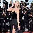 Toni Garrn ousou! A ex-namorada de Leonardo di Caprio esteve na exibição do filme 'Loving' e não economizou na fenda do vestido para passar pelo tapete vermelho do festival