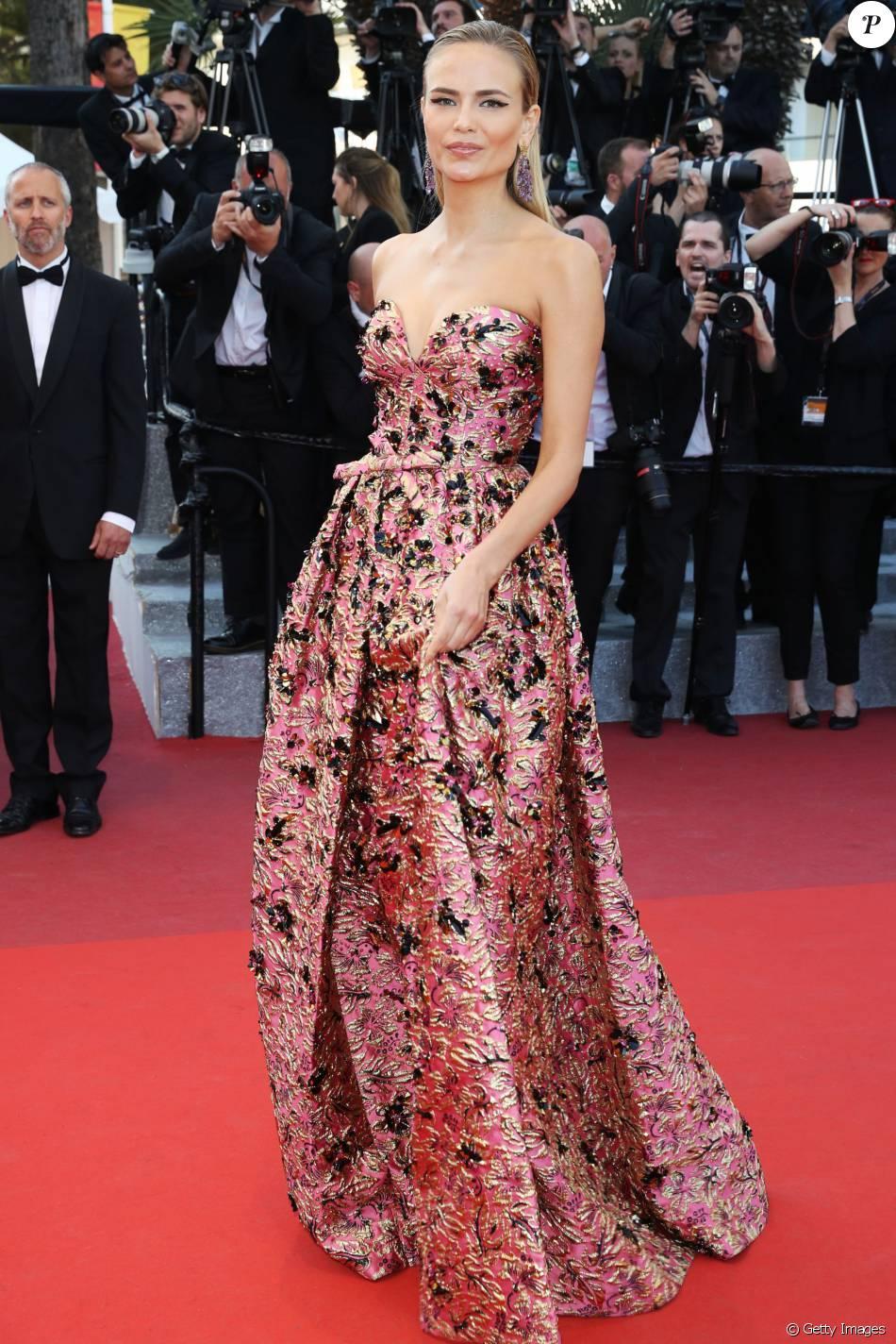 A top russa Natasha Poly brilhou com look Prada ao lado de outras modelos no red carpet de Cannes para conferir o filme 'Julieta', de Pedro Almodóvar, na terça-feira, 17 de maio de 2016
