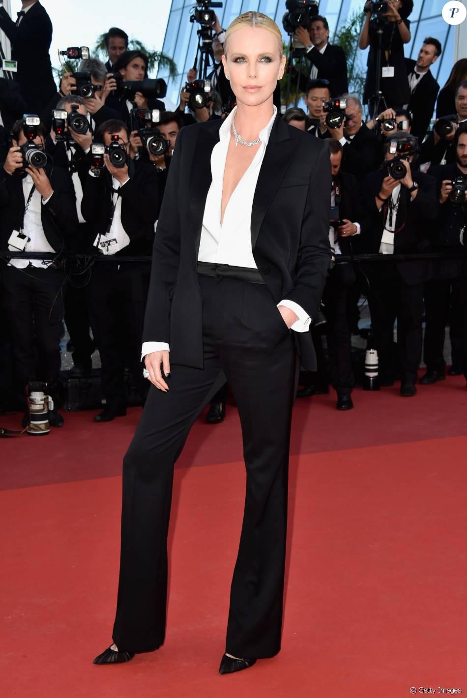 Charlize Theron apostou num terno de Dior e sapatos Christian Louboutin para a première do filme 'The Last Face' no Festival de Cannes 2016, na sexta-feira, 20 de maio de 2016