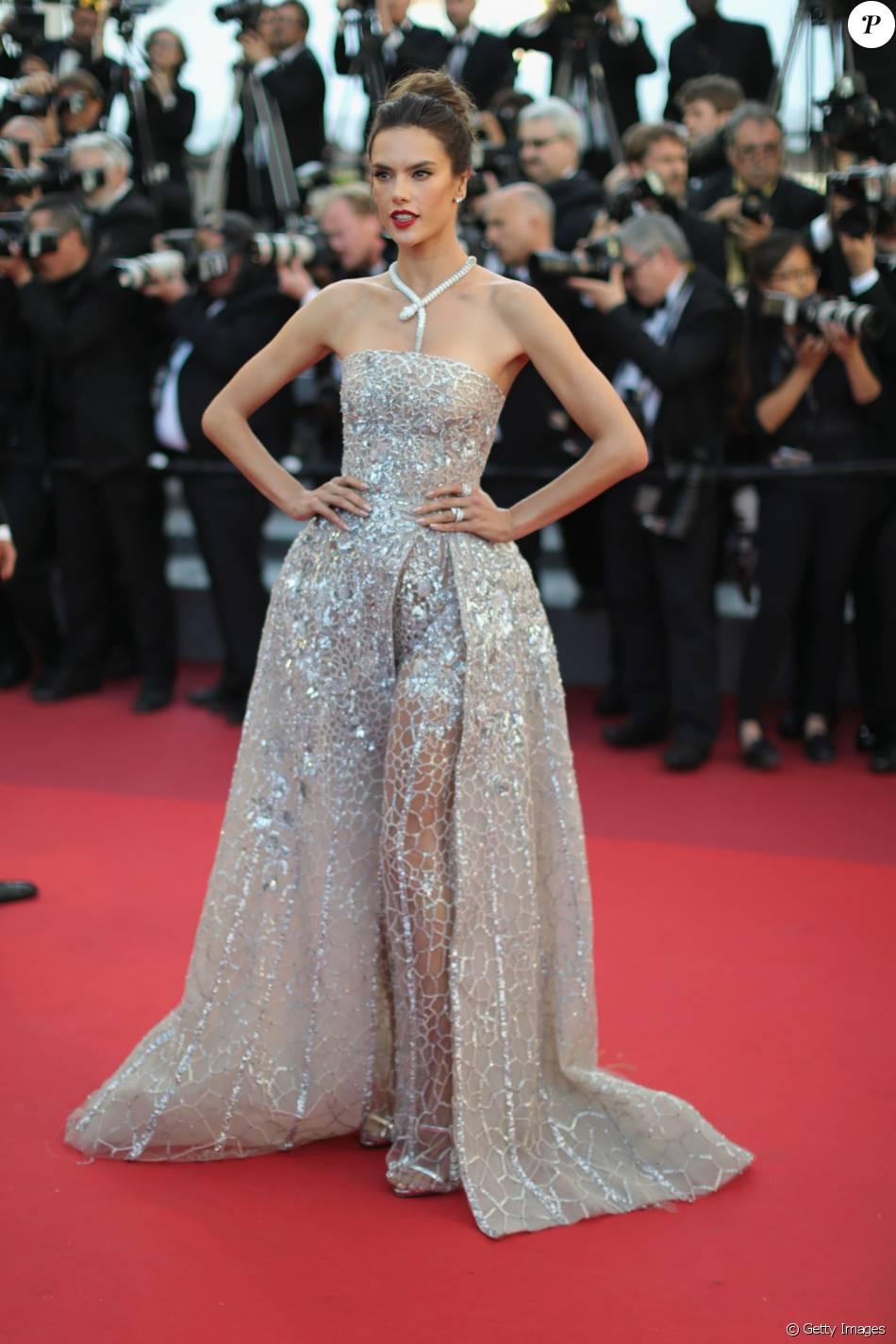 A modelo brasileira Alessandra Ambrosio rouba a cena no Festival de Cannes com um vestido poderoso Zuhair Murad e joia Bulgari avaliada em R$ 1,5 milhão na sexta-feira, 20 de maio de 2016