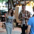 Nathalia Dill e Caio Sóh caminham pelas ruas do Leblon, na Zona Sul do Rio