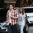 Namorado de Nathalia Dill, Caio Sóh, recebe multa após jogar resto de cigarro no chão, no Rio de Janeiro, em 19 de outubro de 2013