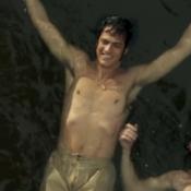 Público reage a cena de Mateus Solano nadando em 'Liberdade': 'Zíper aberto?'