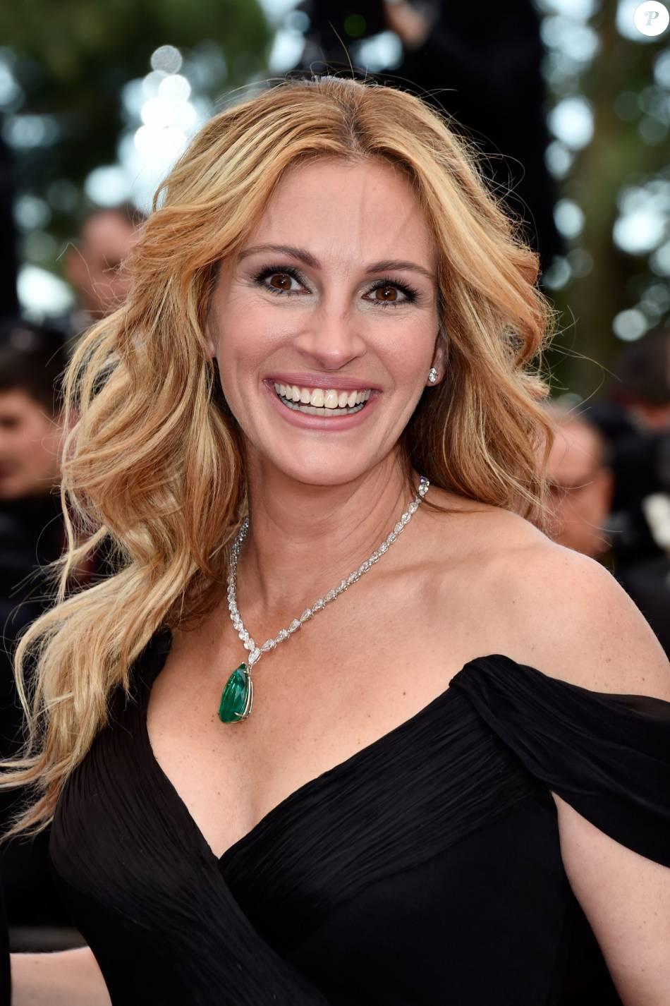 4e5d0ac25 Julia Roberts manteve a fama de linda mulher usando um vestido da grife  Armani Privé e joias Chopard