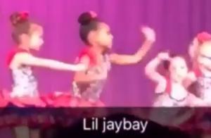 Blue Ivy dança em recital escolar com a presença de Beyoncé e Jay-Z. Vídeo!