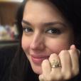 Grávida, Thais Fersoza mostrou anel personalizado com o nome da filha, Melinda, que ganhou de presente do marido, Michel Teló nesta terça-feira, dia 24 de maio de 2016