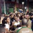 Thiaguinho posa com fãs antes de percurso de revezamento da Tocha Olímpica em Salvador, nesta terça-feira, 24 de maio de 2016