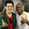 Thiaguinho posa com Rogério Flausino, da banda Jota Quest, no camarim do evento da Tocha Olímpica em Salvador. Eles dividiram o palco e cantaram juntos as músicas 'Só Hoje' e 'Do Seu Lado'