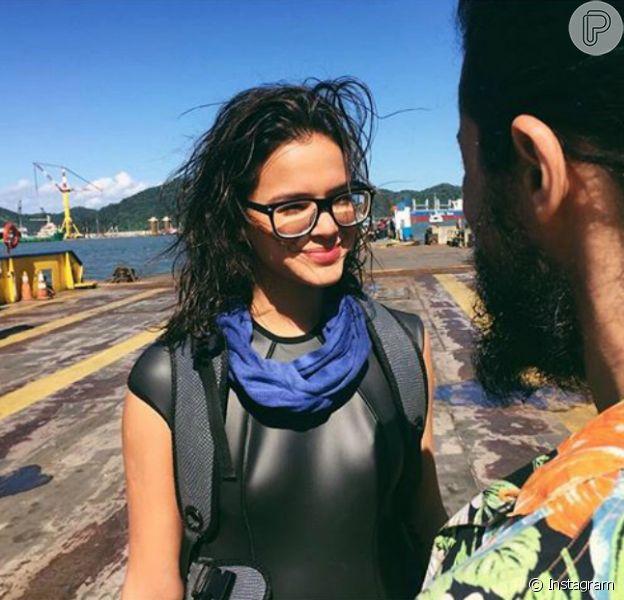 Bruna Marquezine posou usando óculos em foto dos bastidores do filme 'Rio-Santos' nesta terça-feira, dia 25 de maio de 2016