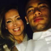 Neymar exibe boca suja de batom em foto ao lado de modelo: 'Boy preferido'