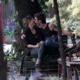 Giselle Itié e Emílio Dantas trocam beijos apaixonados no Leblon, na Zona Sul do Rio, em 23 de outubro de 2013